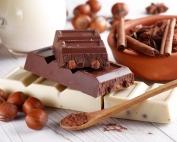 chocolat brun et blanc aux noix avec ingrédients internes