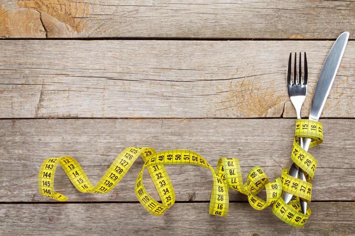 Couteau, fourchette et mètre mesureur