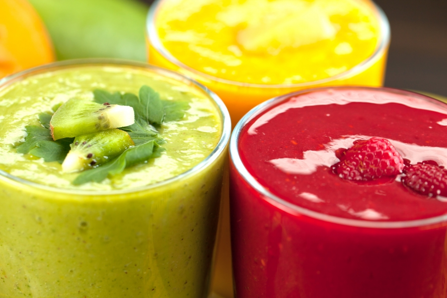 Smoothies colorés au kiwi, framboise et mangue
